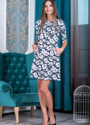 Короткое повседневное платье свободного силуэта. выполнено из ...