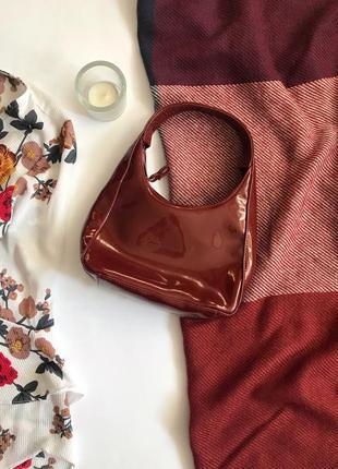 Маленькая лаковая красная сумка