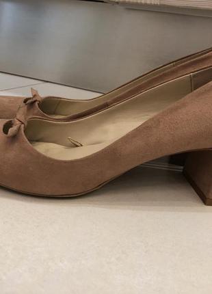 Бежевые туфли под замш