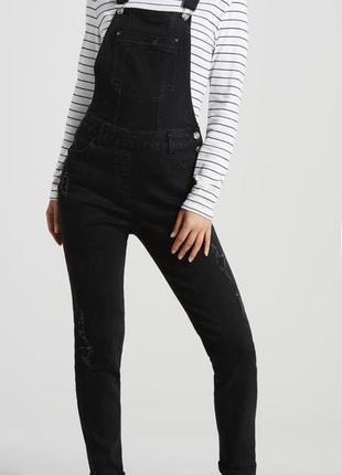 Стильный черный джинсовый комбинезон