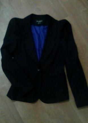 Пиджак черного цвета с контрастной подкладкой и плечами фонари...