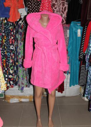 Женский короткий махровый халат на запах с капюшоном розовый