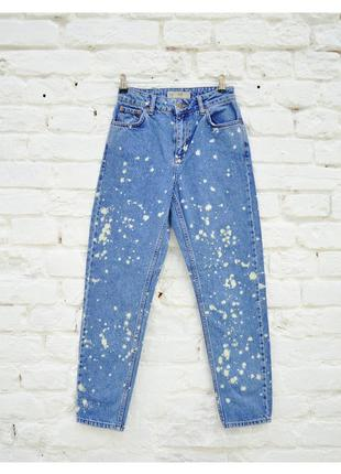 Крутые mom джинсы с эффектом брызг от краски topshop