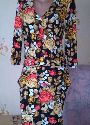Стильное платье с  красивым декольте