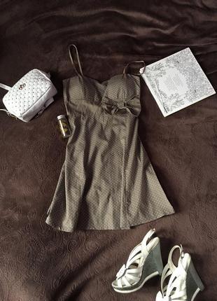 Милое платье в горошек с бантиком бежевое летнее на бретелях