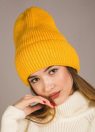 Модная вязаная шапка для девушки
