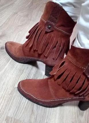 Замшевые ботинки на каблуке caster