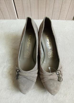 Серые замшевые туфли на танкетке