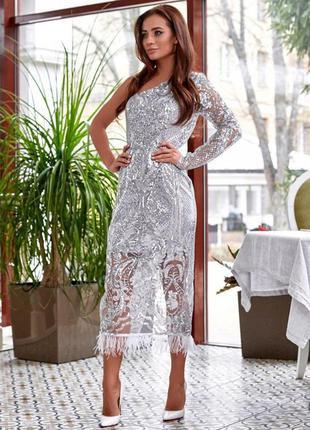 Платье из пайеток с узором на один рукав