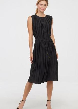 Симпатичное черное платье в плиссировку