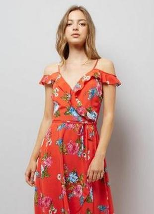 Летнее платье с открытыми плечами и воланами на запах в цветоч...