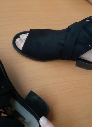 Босоножки с открытым носком замшевые