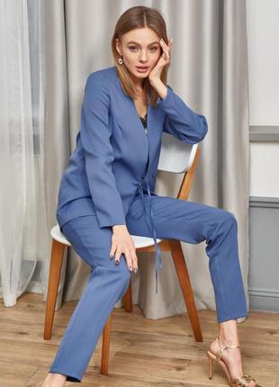 Брючный костюм женский голубого цвета