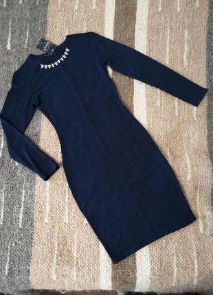 Базовое синее платье с декором