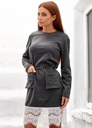Закрытое платье с накладными карманами