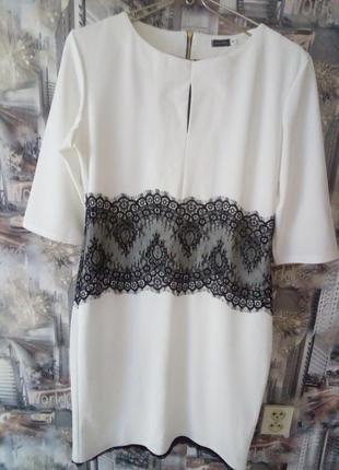 Белое трикотажное платье с гипюром