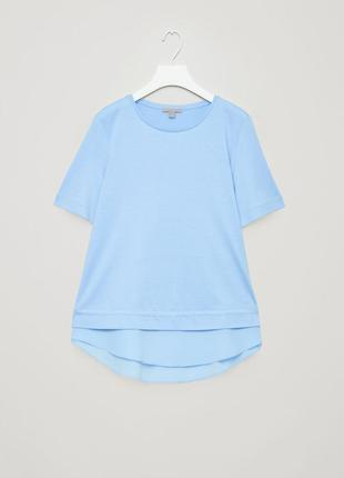 Потрясающе красивая небесного цвета футболка с шелковой вставкой