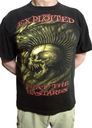 Черная футболка с черепом, надпись на спине : панки не умирают