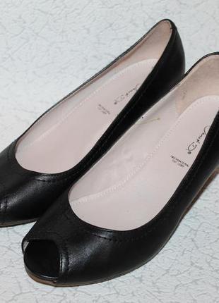 Аккуратные кожаные туфли лодочки с открытым носочком 39 размер