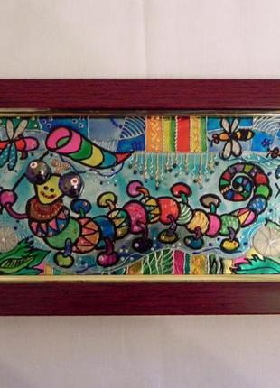 Витражная картина «Многоножка на лугу»