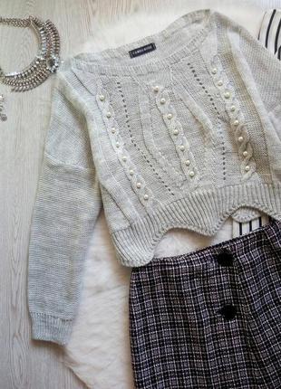 Серый короткий вязаный свитер кроп с бусинами жемчугом кофта о...