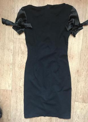 Платье обтягивающее по фигуре с необычными рукавами xs/s