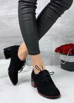 Классические черные туфли на низком каблуке