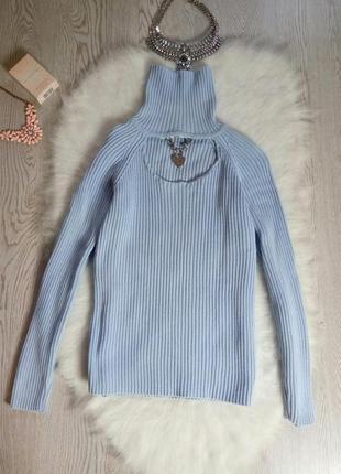 Голубой свитер с горлом гольф с вырезом декольте украшением ко...