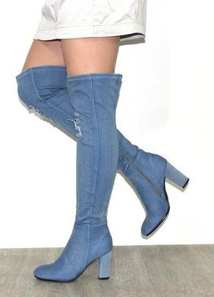 Модные джинсовые голубые сапоги ботфорты на высоком каблуке