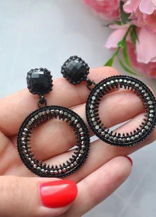 Серьги-кольца с камушками нарядные черные