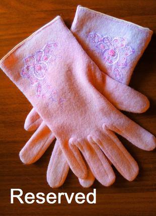 Элегантные перчатки Reserved шерсть с ангорой пудровые с бисер...