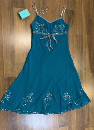 Бирюзовое платье с вышивкой из бисера и бантом