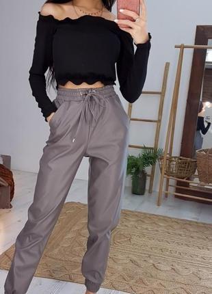 Комплект: стильные брюки из эко-кожи и черный топ с открытыми ...
