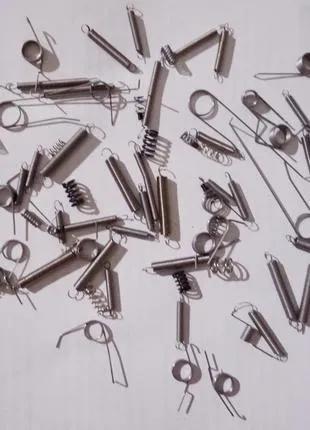металеві пружинки.