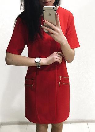 Красное платье с замочками