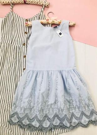 Платье небесного цвета с кружевом ришелье