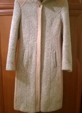 Теплое пальто бежевого цвета на миниатюрную девушку