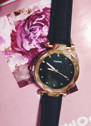 Стильные женские наручные часы черного цвета