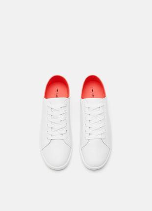 Белые кроссовки с контрастным задником от zara