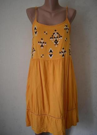 Платье на тонких бретелях с вышивкой