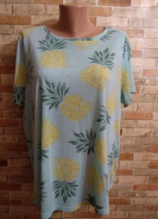 Красивая мятная футболка в принт ананасы 20/54-56 размера