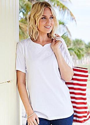Белая футболка с вышивкой на горловине 24/58-60 размера