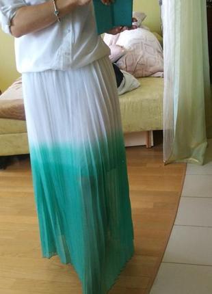 Плиссированная юбка макси в пол бело-изумрудная градиент гофре...