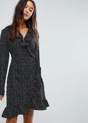 Актуальное платье в горох на запах с длинным рукавом