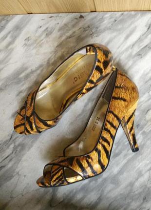 Элегантные лаковые туфли лодочки с открытым носом животный при...