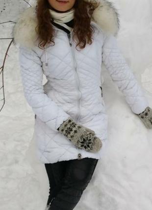 Белая зимняя куртка пуховик стеганая с натуральным мехом капюш...