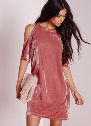 Эффектное бархатное платье р. l с открытыми плечами missguided...