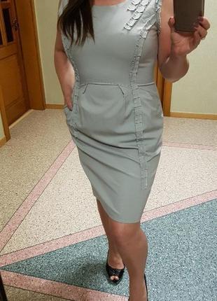 Платье с карманами и v-образным вырезом на спине untold