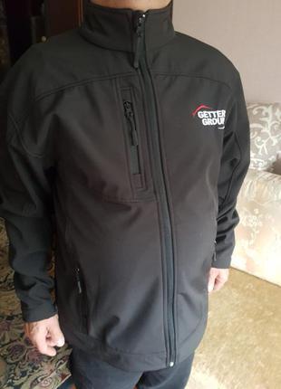 Добротная черная мужская куртка на флисе
