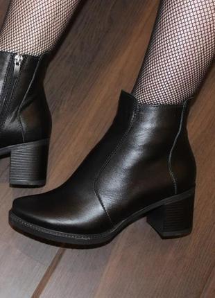 Кожаные женские черные ботинки ботильоны на устойчивом каблуке...